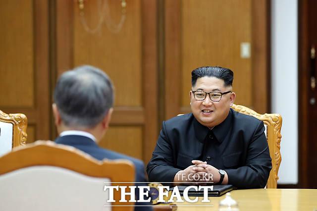 북한 국무위원장이 26일 오후 판문점 북측 통일각에서 열린 2차 남북정상회담에서 문재인 대통령과 대화를 나누고 있다.  /청와대 제공
