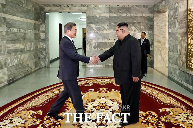 문재인 대통령과 김정은 북한 국무위원장이 26일 오후 판문점 북측 통일각에서 열린 2차 남북정상회담에 앞서 인사를 나누고 있다. /청와대 제공