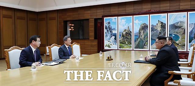 문재인 대통령과 김정은 북한 국무위원장이 26일 오후 판문점 북측 통일각에서 열린 2차 남북정상회담에서 대화를 나누고 있다. /청와대 제공