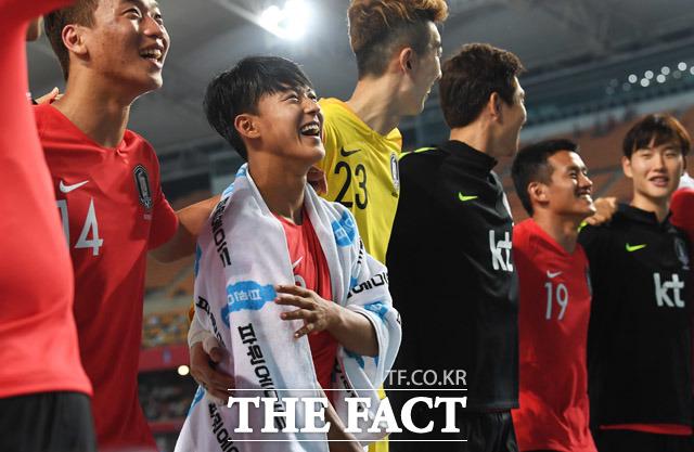 28일 저녁 대구 수성구 대구스타디움에서 열린 2018 러시아월드컵에 출전하는 대한민국 국가대표팀과 온두라스의 평가전에서 한국이 2대0으로 승리했다. 경기를 마친 이승우가 관중석 앞에서 인사를 하고 있다. / 대구=배정한 기자