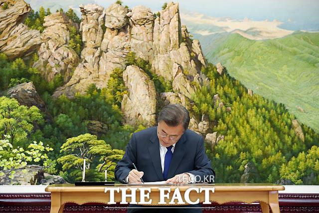 문재인 대통령이 26일 오후 판문점 북측 통일각에서 열린 남북정상회담에서 방명록에 글을 남기고 있다. / 청와대 제공