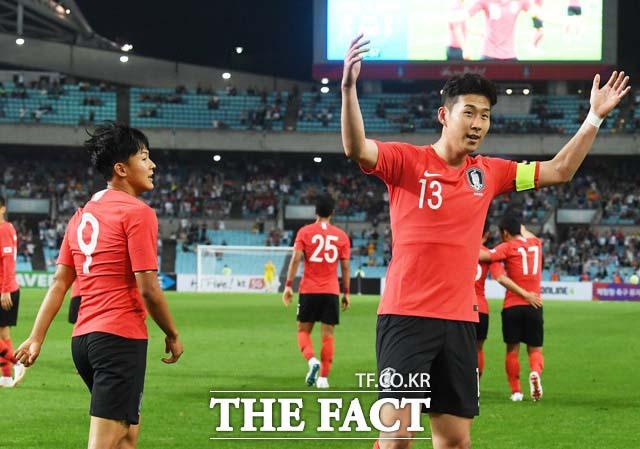 28일 한국-온두라스 경기에서 손흥민(오른쪽 13번)이 선제골을 터뜨린 뒤 기뻐하고 있다. 한국은 온두라스를 2-0으로 눌러 이겼다. /대구월드컵경기장=배정한 기자