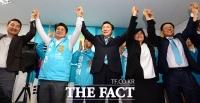 [TF포토] 박종진, '손학규와 함께 만세 외치며 선거 사무소 개소!'