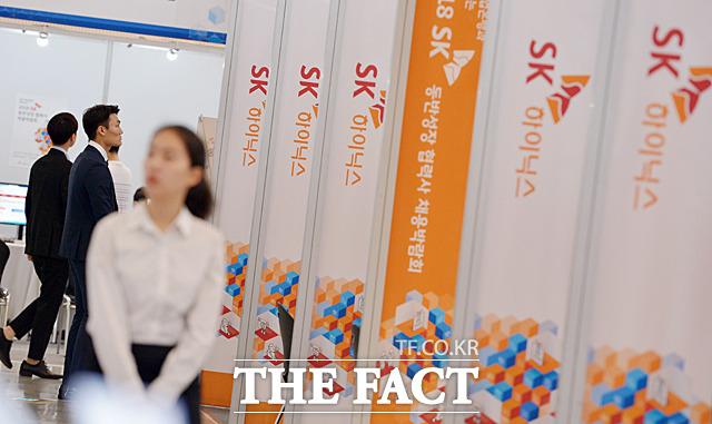 2018 SK 동반성장 협력사 채용박람회가 31일 서울 동대문 디자인플라자에서 열린 가운데 구직자들이 채용 부스를 둘러보고 있다. /문병희 기자