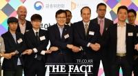 [TF포토] 스타트업과 손잡은 최종구 금융위원장