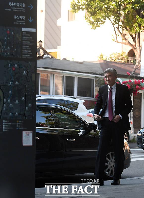 1일 오후 강경화 외교부 장관과의 접견을 마친 성 김 주필리핀 미국대사가 서울 종로구 삼청동의 한 음식점에 들어서고 있다.