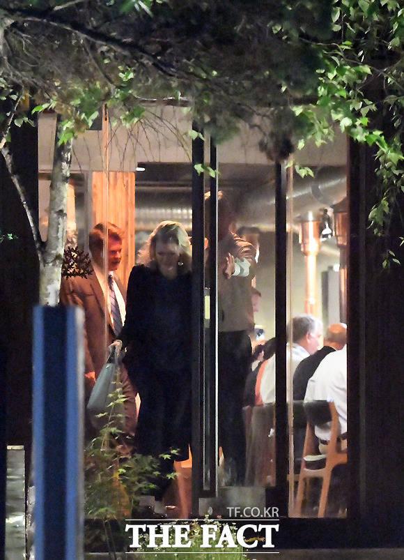 2시간 여 저녁 식사를 마친 대표단, 엘리슨 후커 보좌관을 위해 문을 열어주는 성 김 대사.