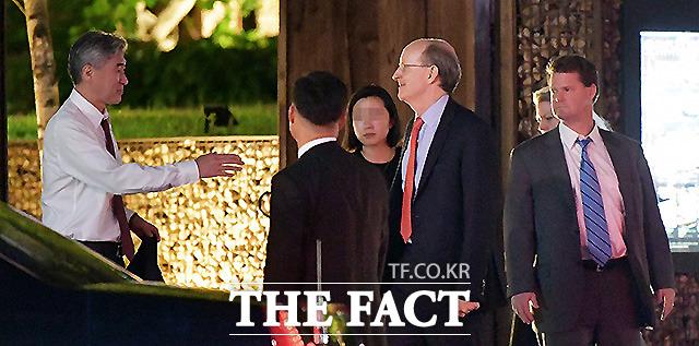 미국 대표단 일행과 대화 나누는 성 김 대사.