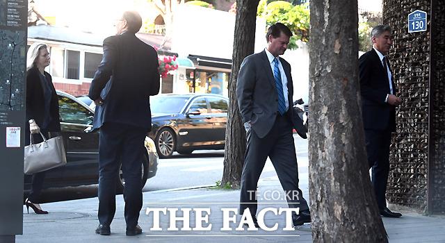 뒤따라 들어서는 엘리슨 후커 백악관 한반도 보좌관(왼쪽).