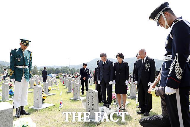 문재인 대통령이 6일 국립대전현충원에서 열린 제63회 현충일 추념식에서 호국영령들의 묘역을 찾아 참배하고 있다. /청와대 제공