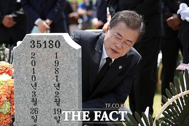 문재인 대통령이 현충일 추념식에서 호국영령들의 묘역을 찾아 참배하고 있다. /청와대 제공