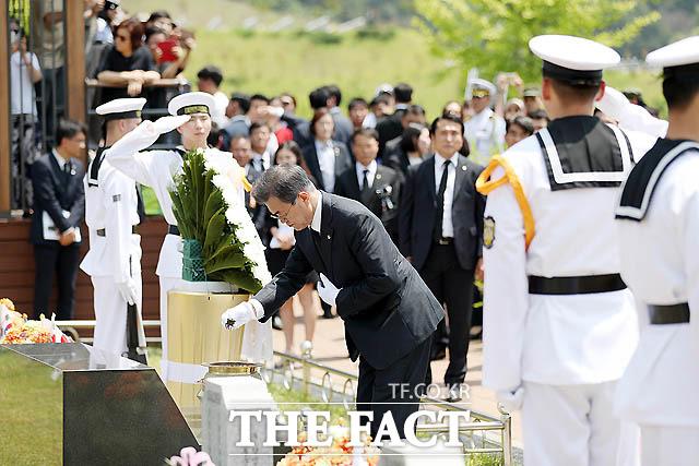 문재인 대통령이 6일 국립대전현충원에서 열린 제63회 현충일 추념식에서 천안함 46용사 묘역을 찾아 참배하고 있다. /청와대 제공