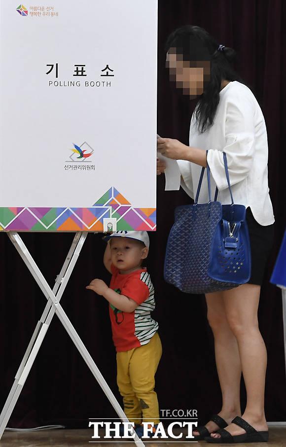 투표소가 마냥 신기한 어린 아이