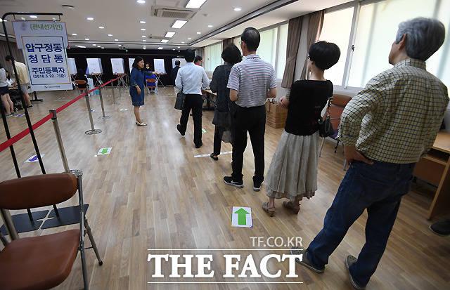 6·13 지방선거 사전투표일 첫날인 8일 서울 강남구 압구정동 주민센터에 마련된 사전투표소를 찾은 시민들