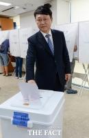 [TF포토] 사전투표하는 송파을 최재성 후보