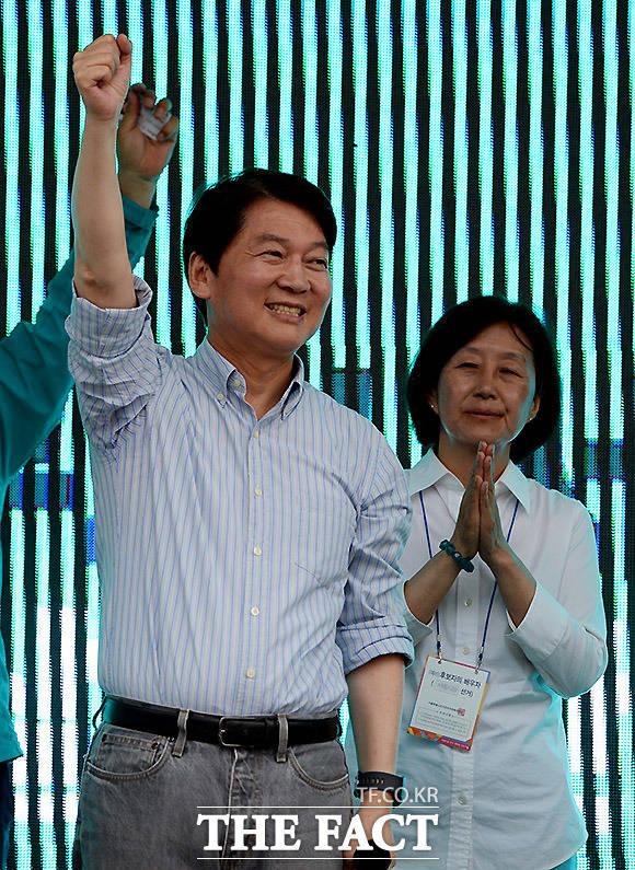 자신감에 찬 안철수 후보, 응원하는 부인 김미경 씨