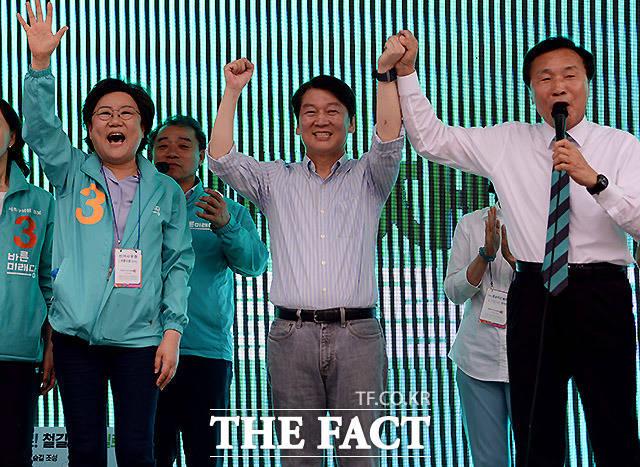 바른미래당 안철수 서울시장 후보(가운데)가 9일 서울 서초구 고속버스터미널 앞에서 서초구 집중유세를 연 가운데 손학규 상임선대위원장(오른쪽)과 이혜훈 의원이 참석해 시민들에게 인사를 하고 있다. /이효균 기자