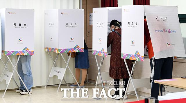 각 정당은 국공립 유치원 확대 방안과 일·가정 균형(워라밸)을 확립하기 위한 다양한 해법을 내놓는데 중점을 뒀다. 사진은 6·13 지방선거 사전 투표일인 지난 8일 오전 서울 강남구 논현1동 주민센터에 마련된 사전투표소를 찾은 시민들이 투표를 하고 있는 모습. /임영무 기자