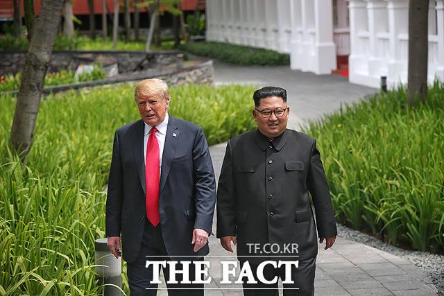 김정은 북한 국무위원장과 도널드 트럼프 미국 대통령(왼쪽)이 12일 싱가포르 센토사 섬 카펠라호텔에서 열린 북미정상회담 업무오찬을 마친 뒤 호텔 내부 정원을 산책하고 있다. / 싱가포르 통신정보부 제공