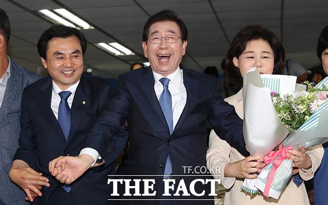 함께 참석한 부인 강난희 씨(오른쪽)