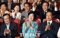 [TF포토] 더불어민주당, 출구조사 압승… '잔칫집 분위기~'