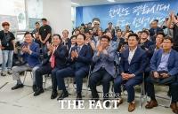[TF포토] 출구조사 발표에 환호하는 '송파을 최재성 캠프'