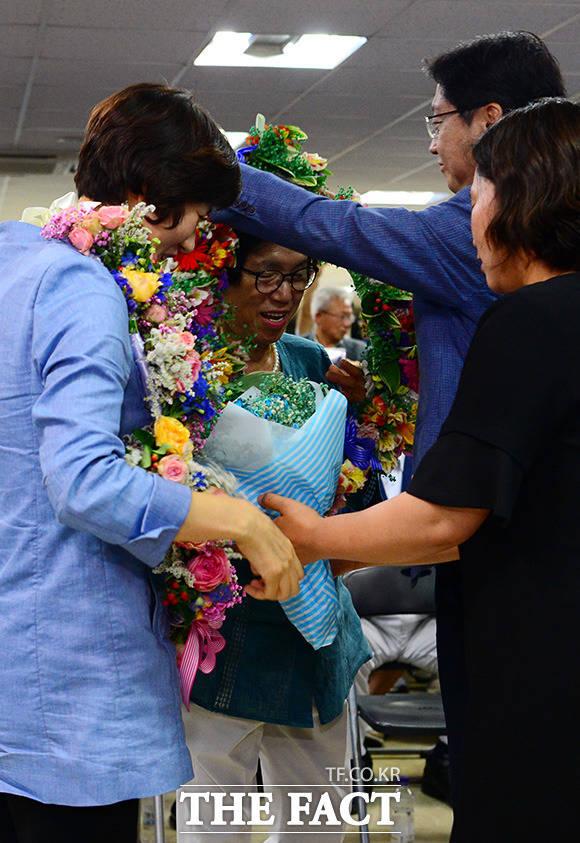 김경수 더불어민주당 경남도지사 후보(오른쪽)가 14일 새벽 경남 창원시 의창구에 위치한 자신의 선거 사무실에서 어머니 이순자 씨에게 꽃 목걸이를 선물 받고 있다. /창원=남용희 기자