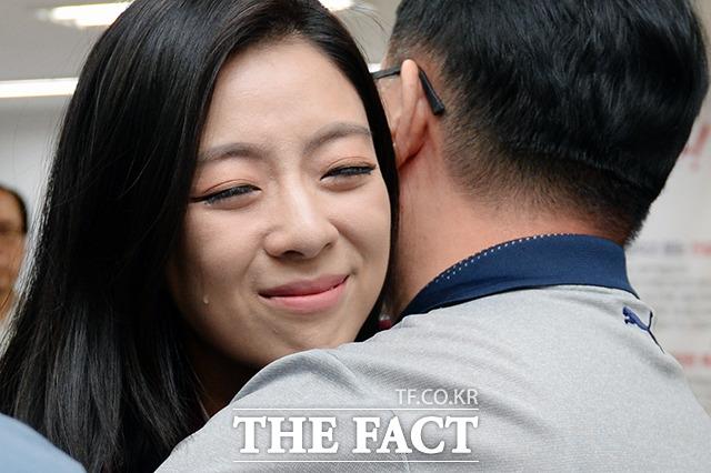 배현진이 흘린 이 눈물의 의미는? 배현진 자유한국당 서울 송파구을 국회의원 후보가  13일 밤 송파구 잠실동에 마련된 선거사무소에서 감사 인사를 전하며 눈물을 흘리고 있다. /이선화 기자