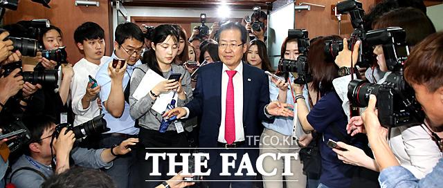 홍준표 자유한국당 대표가 14일 오후 서울 여의도 당사에서 열린 최고위원회의에서 6.13 지방선거 참패에 대한 책임을 지고 사퇴의사를 밝힌 뒤 당사를 떠나고 있다. /여의도=문병희 기자