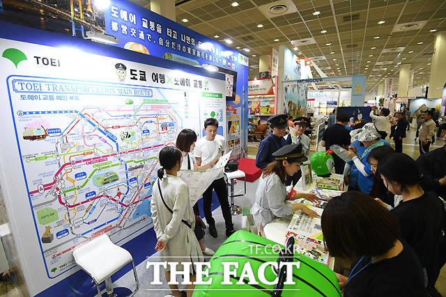 제33회 한국국제관광전(KOTFA2018)이 15일 서울 삼성동 코엑스 A홀에서 열린 가운데, 행사장을 찾은 시민들이 각 나라별 관광 정보를 살피고 있다. /이새롬 기자