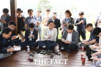 [TF포토] '격식은 그만!'… 박남춘 인천시장 당선자, '공원 간담회'