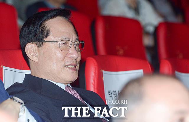 송영무 국방부 장관이 19일 오후 서울 CGV 용산 아이파크몰에서 열린 영화 아일라의 VIP 시사회에 참석해 무대인사를 관람하고 있다. /김세정 기자
