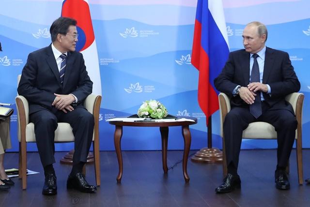 문재인(왼쪽) 대통령은 러시아 국빈방문 이틀째인 오는 22일 블라디미르 푸틴 대통령과 세 번재 정상회담을 한다. 사진은 지난해 9월 동방경페포럼에서 만난 두 정상의 모습./청와대 제공