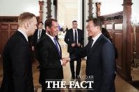 [TF포토] 러시아 메드베데프 총리 만난 문재인 대통령