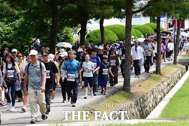 가족, 친구, 연인 등 남녀노소가 함께 하는 현충원 걷기 대회
