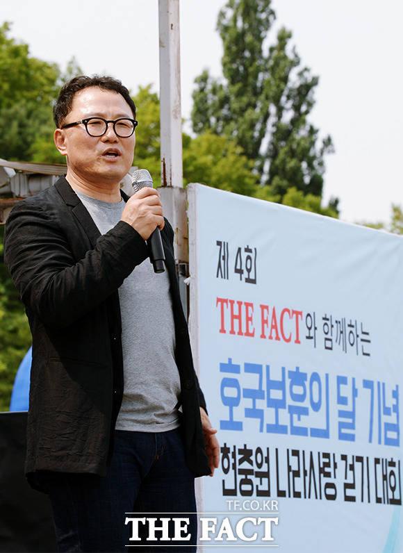 올바른 걷기 방밥에 대해 설명하는 성기홍 박사