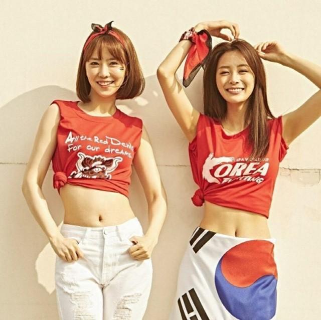 한국 멕시코 경기를 응원하기 위해 23일 배우 김해인(왼쪽)과 송다은은 추가 월드컵 응원 화보 사진을 공개했다. /지오아미코리아 제공