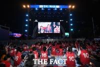 [TF포토] 문재인 대통령에게 박수 보내는 붉은 악마 응원단