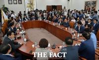 [TF포토] 회의장 가득 메운 '자유한국당 초재선 의원들'