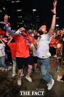 [TF포토] 세계 최강 독일 꺾은 대한민국…'환호하는 붉은악마'