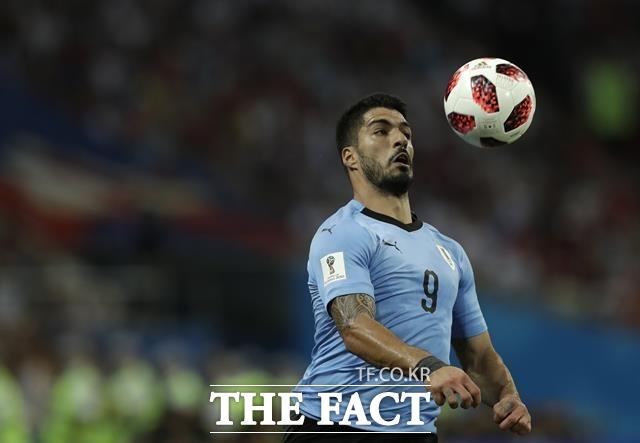 수아레스가 우루과이-포르투갈 경기에서 드리블하고 있다. 수아레스는 1도움을 올리는 등 종횡무진 활약을 펼치며 우루과이의 승리를 이끌었다. /소치(러시아)=AP.뉴시스
