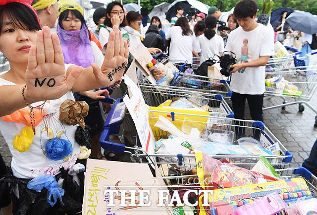 7월 3일 세계 1회용 비닐봉투 안 쓰는 날(plastic bag free day)을 이틀 앞둔 1일 오후 서울 마포구 홈플러스 월드컵점에서 플라스틱 포장 감축을 요구하는 시민 약 30여 명이 과도한 플라스틱 포장 실태를 고발하고 유통업체의 개선 노력을 촉구하는 퍼포먼스를 펼치고 있다. / 배정한 기자