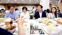 [TF포토] 식사 중에도 서울 생각~, 박원순의 '소통 오찬'