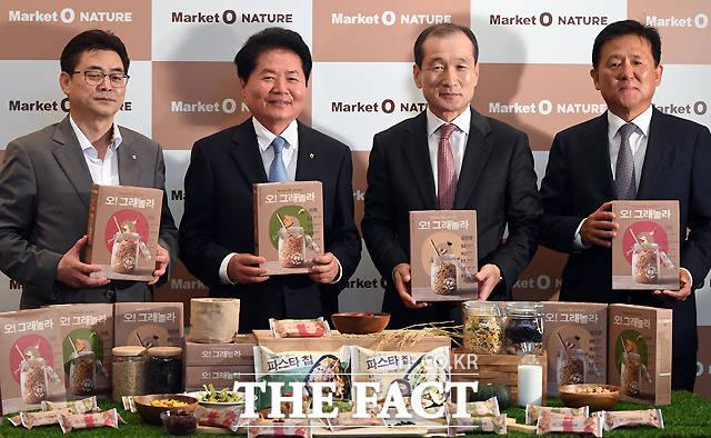 김병원 농업중앙회장(왼쪽에서 두번째)과 허인철 오리온 부회장, 이경재 대표이사