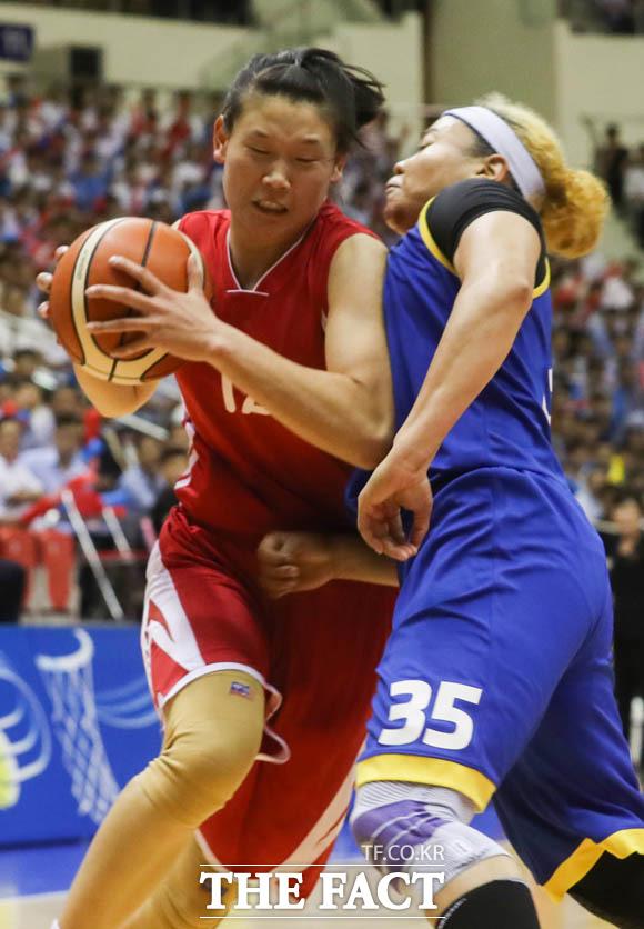 남측 김한별 선수가 북측 로숙영 선수의 공격을 막고 있다.