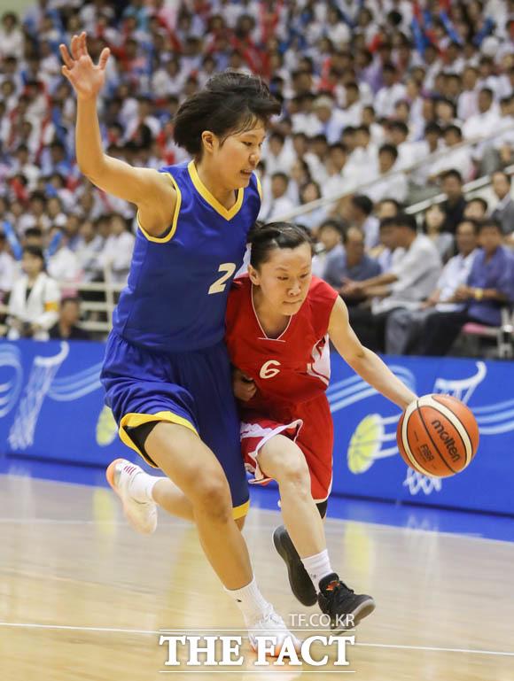 북측 김은정 선수의 공격을 수비하는 남측 박지현 선수