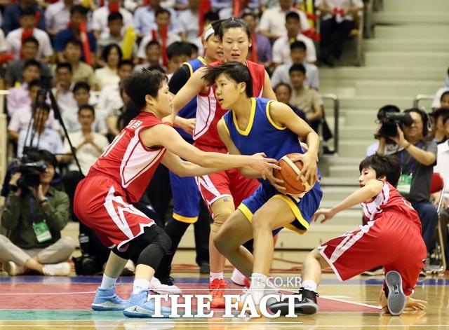 남측 박지현 선수(왼쪽 두번째)가 북측 선수들과 볼을 다투고 있다.