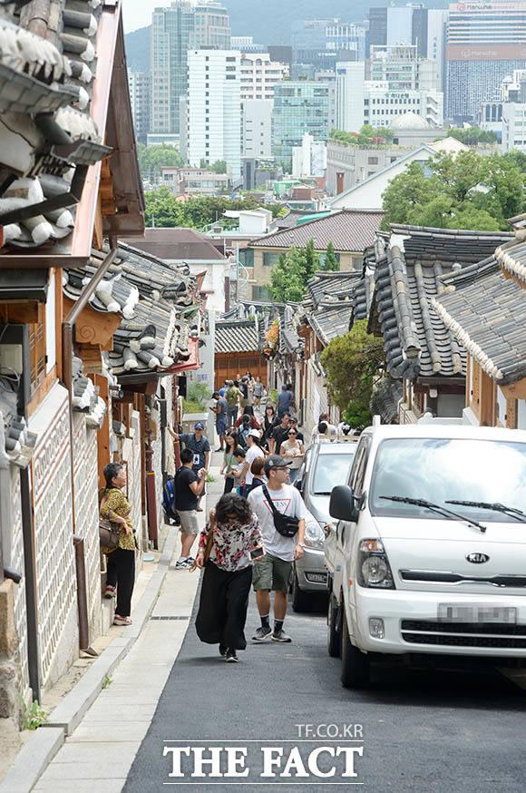 하루 약 1만 명 가량의 관광객이 찾는 북촌한옥마을