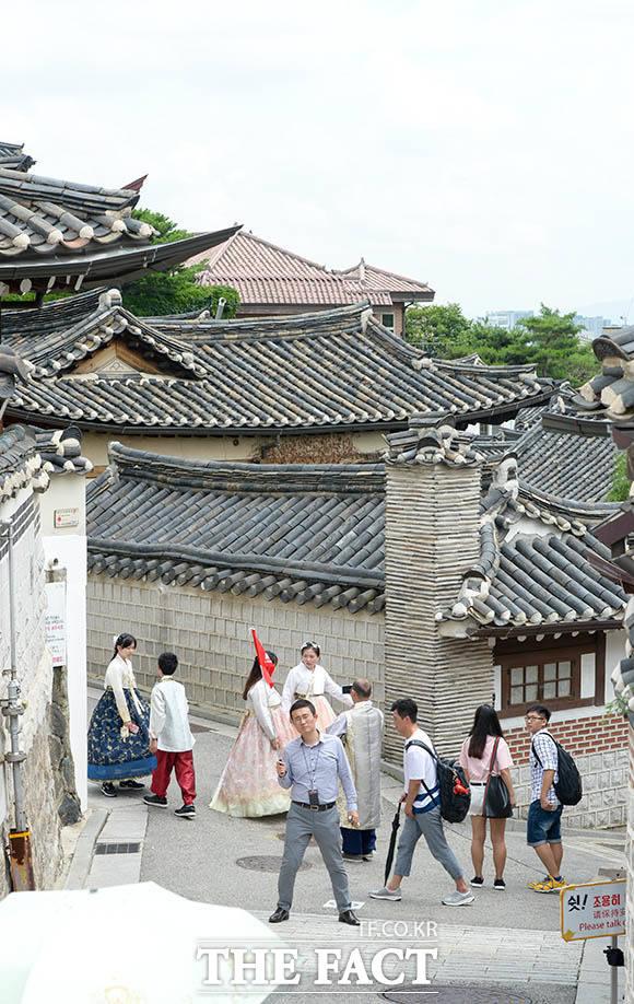 관광업체들은 단체여행 코스로 북촌을 찾고 있다.