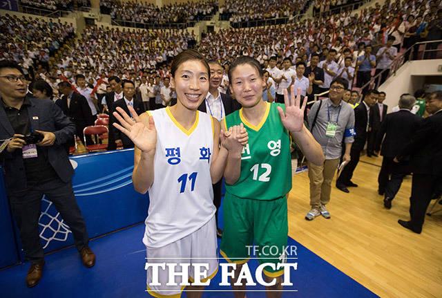 남측 임영희 선수(왼쪽)와 북측 로숙영 선수가 함께 손을 흔들고 있다.